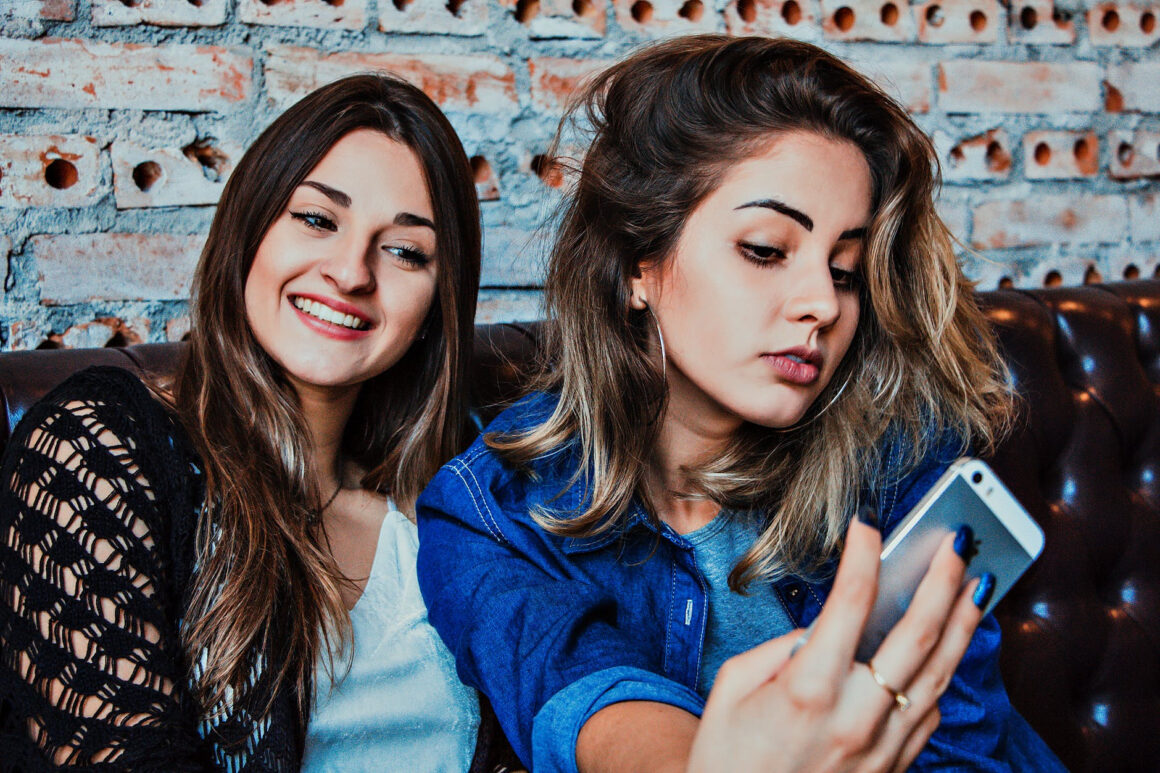 4 Specific Signs Of A Toxic Friend And How To Deal With Them