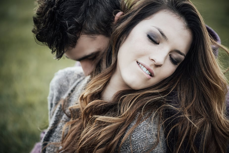 DONE! 6 Body Language Cues A Girl Gives Away If She Likes You
