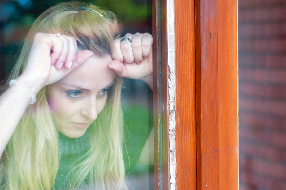 DONE! 11 Warning Signs Of A Desperate Woman That Turn Guys Off